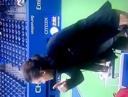 glum chica en la cancha de tenis